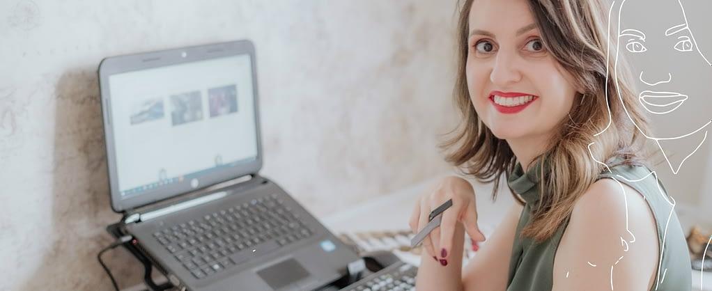 Consultora de estilo Joice Rossi sorrindo no escritório