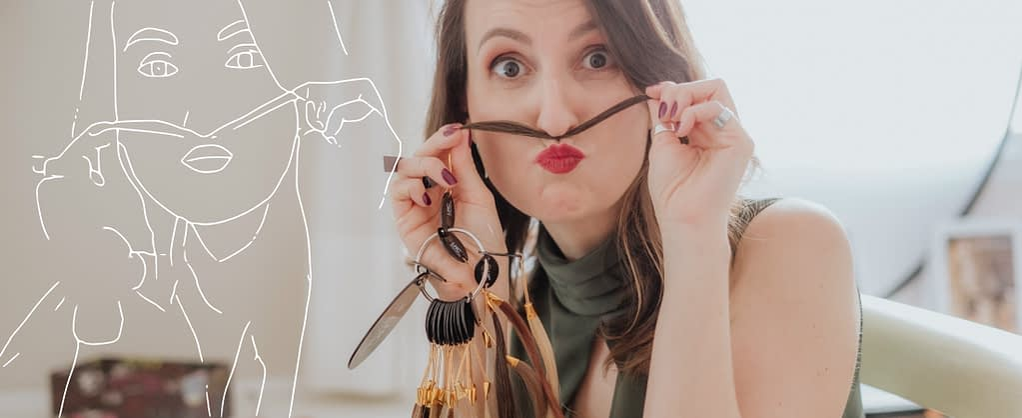 Consultora de estilo Joice Rossi com mecha de cabelo no rosto