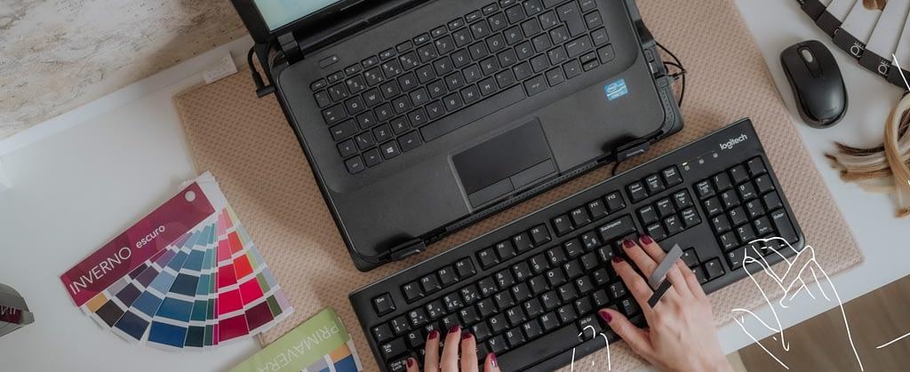 Consultora de estilo no escritório com cartelas de coloração e anel estiloso