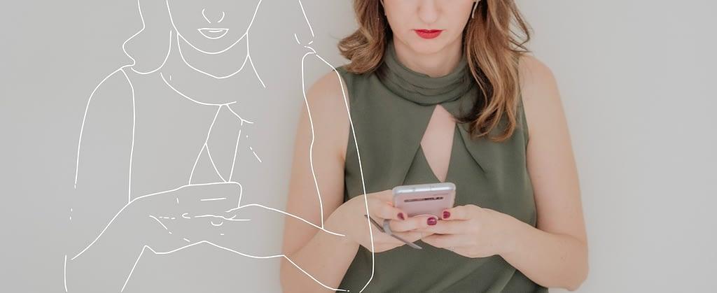 Cliente contatando consultora de estilo pelo celular
