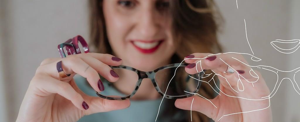 Joice Rossi com óculos de grau e anel estiloso