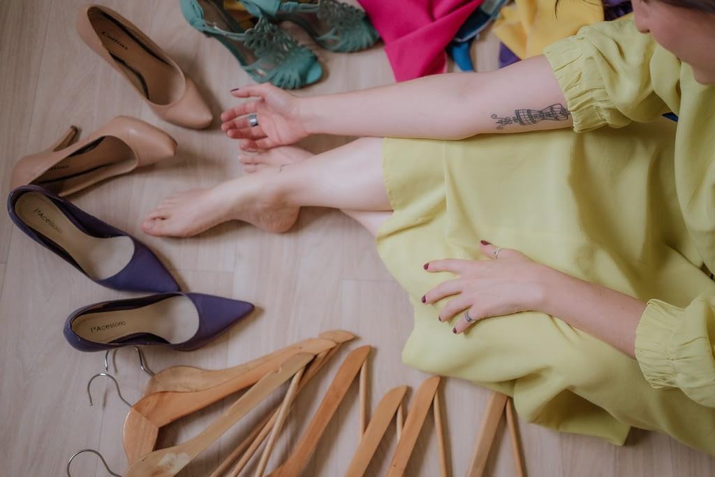 Joice Rossi com sapatos e cabides