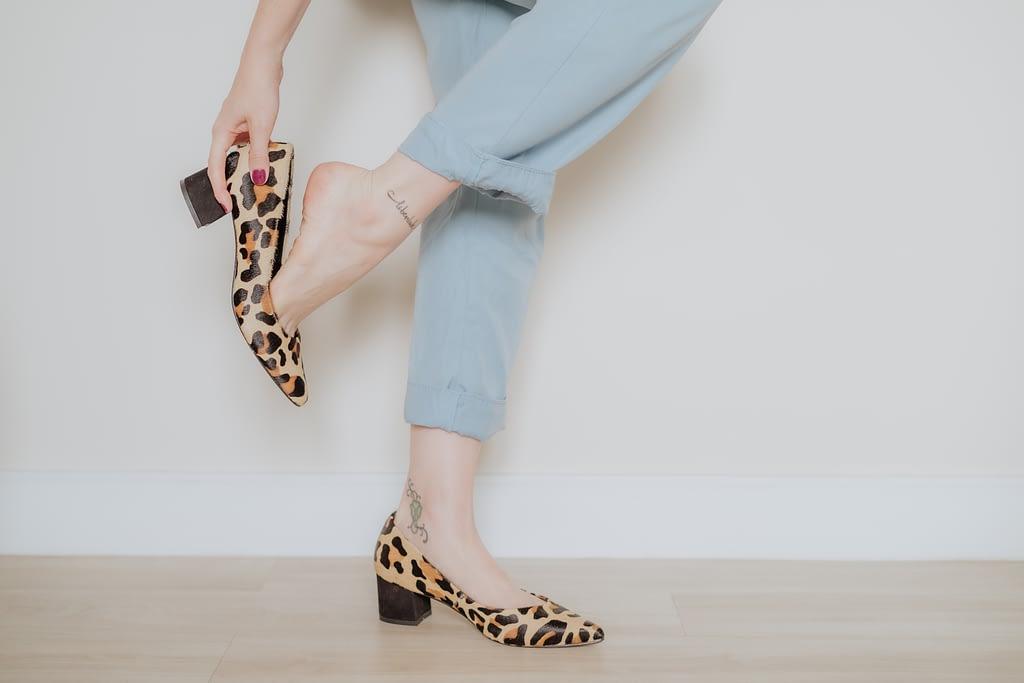 Consultora de estilo usando sapato scarpin de oncinha estiloso