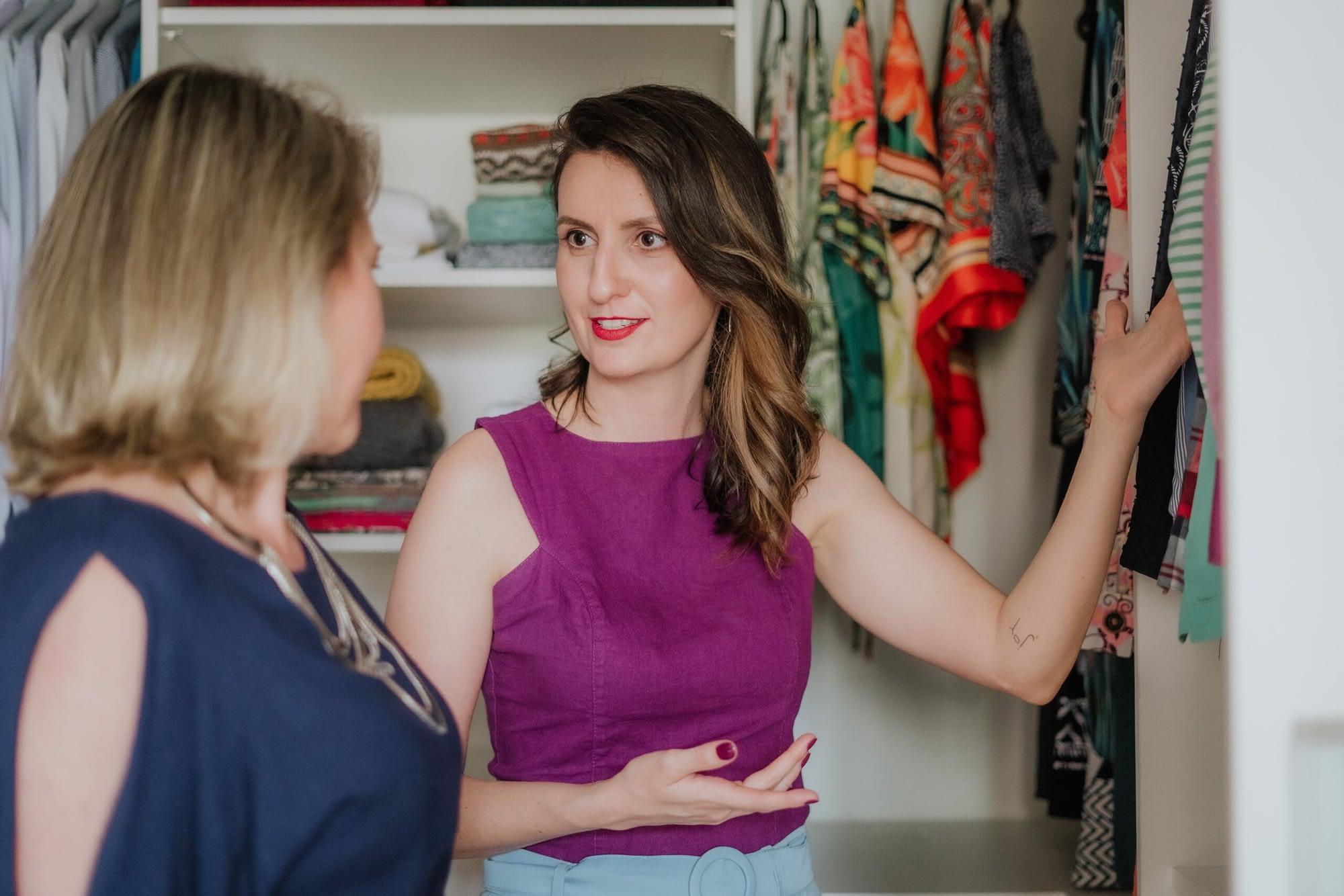 Joice Rossi explicando guarda-roupa para cliente da consultoria de estilo e visagismo